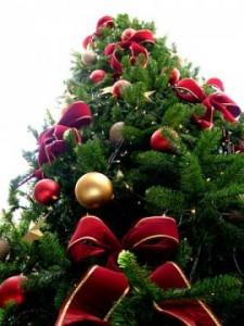 Albero di Natale addobbato a festa